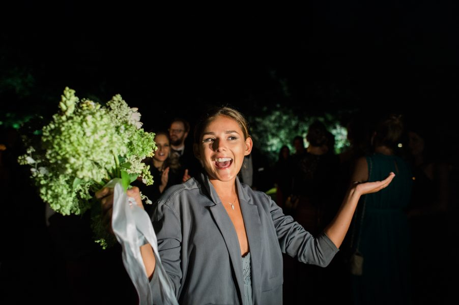 Guest jubilantly catches the wedding bouquet at Solyst Copenhagen